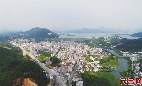 """长坡镇境内,有全国十大水库之一,""""百鸟浮泽国""""之称的高州水库."""